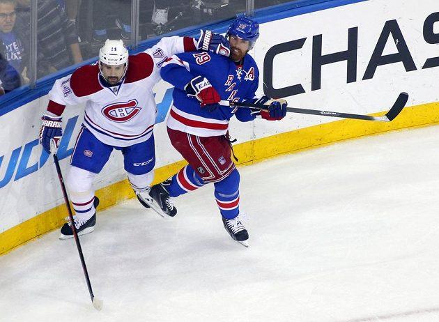 Montrealský centr Tomáš Plekanec (14) v souboji s Bradem Richardsem (19) z Rangers.