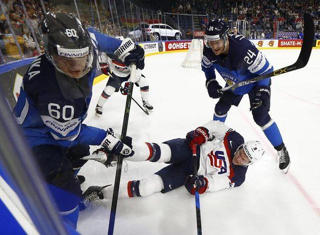 Americký hokejista Andrew Copp upadl po souboji s dvojicí Finů - Juliusem Honkou a Jani Lajunenem ve čtvrtfinále mistrovství světa