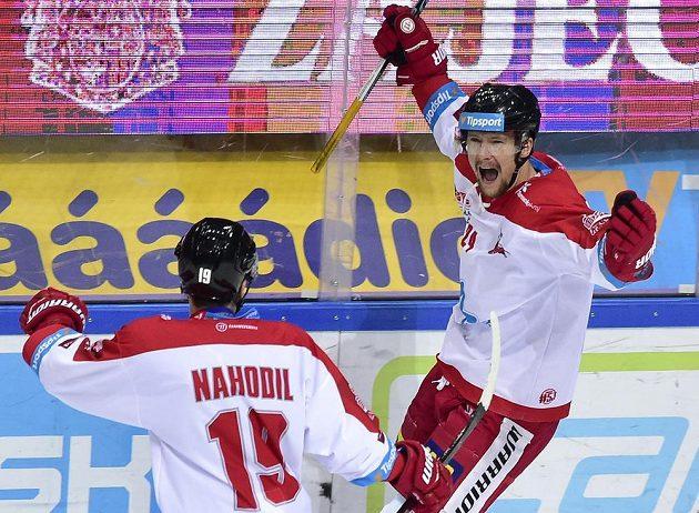 Autor prvního gólu hokejové Olomouce Vilém Burian se raduje se spoluhráčem Lukášem Nahodilem (vlevo) na ledě Sparty v extraligovém utkání.