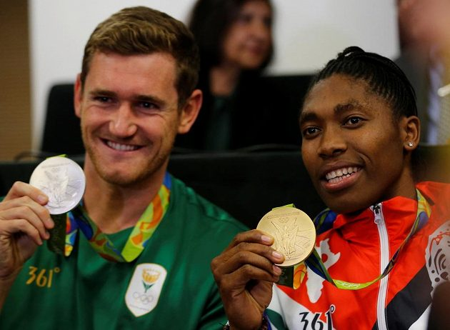 Plavec Cameron van der Burgh (vlevo) a Caster Semenyaová se svými olympijskými medailemi.