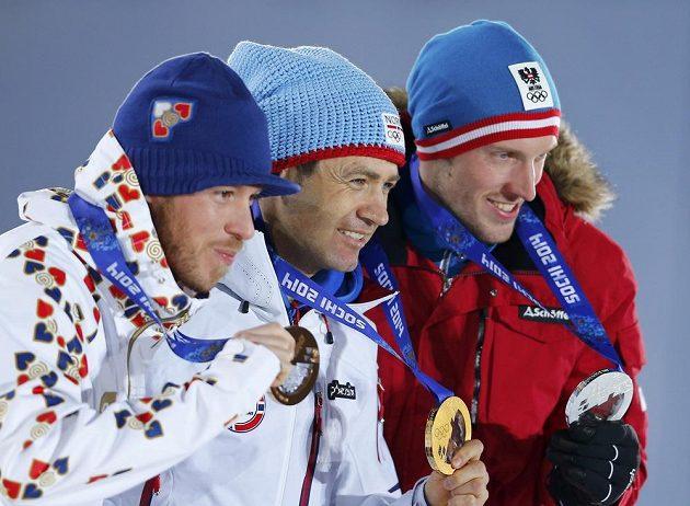 Nejlepší trio olympijského sprinterského závodu biatlonistů (zleva) bronzový Jaroslav Soukup, vítězný Nor Ole Einar Björndalen a stříbrný Rakušan Dominik Landertinger.