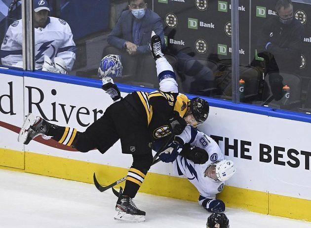 Křídelník Bostonu Bruins Nick Ritchie (21) drsně atakuje českého útočníka Ondřeje Paláta v barvách Tampy Bay Lightning.