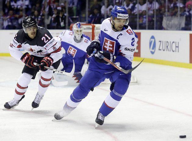 Kanaďan Mathieu Joseph sleduje kapitána slovenského týmu Andreje Sekeru.