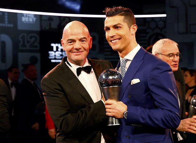 Cristiano Ronaldo a šéf FIFA Gianni Infantino při ceremoniálu v Curychu.
