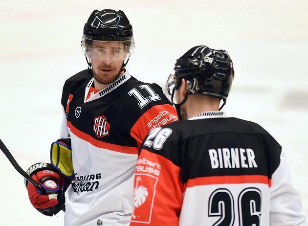 Čeští hokejisté Roman Červenka (vlevo) a Michal Birner z Fribourgu opět nastoupili spolu v jedné formaci.