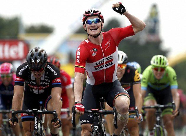 Německý cyklista André Greipel se raduje už ze svého třetího etapového vítězství na letošní Tour de France.