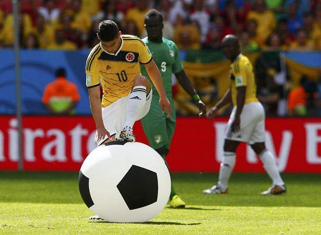 V prvním poločase utkání Kolumbie - Pobřeží slonoviny z hlediště přiletěl na hrací plochu velký míč, který zachytil James Rodriguez.