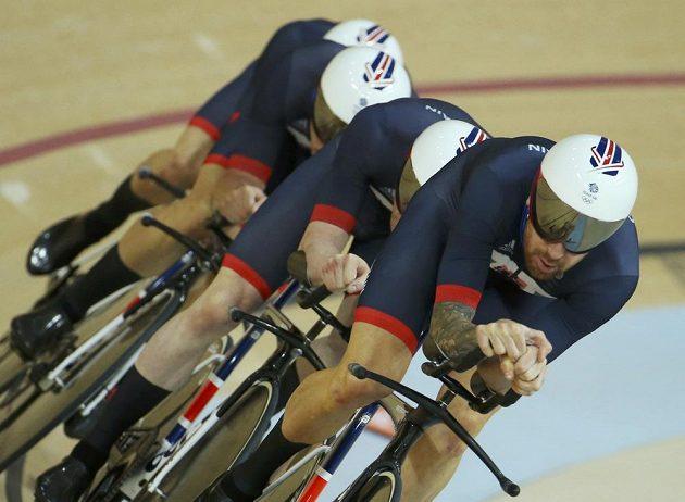 Britské kvarteto v čele s Bradleym Wigginsem ve stíhacím závodu na 4 km zajelo nový světový rekord 3:50,570 a postoupilo do finále.
