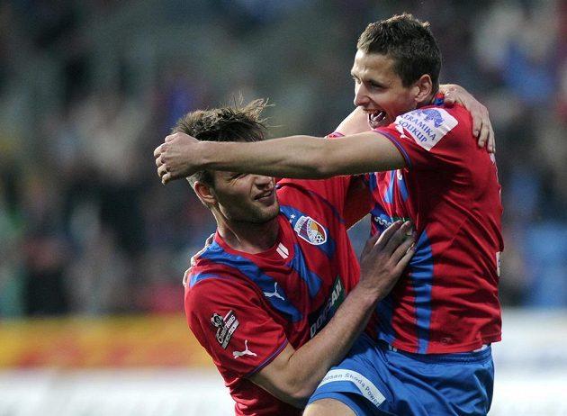 Plzeňský záložník Jan Kovařík (vpravo) a útočník Tomáš Wágner se radují z gólu proti Jihlavě.