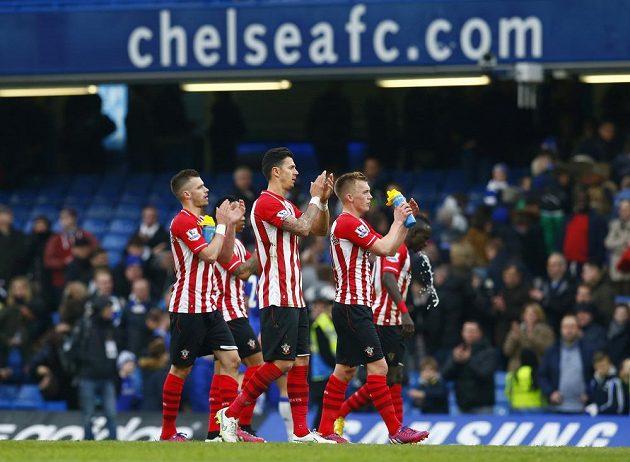 Fotbalisté Southamptonu děkují fanouškům za podporu po zápase na Chelsea.