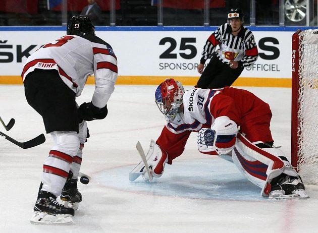 Brankář české hokejové reprezentace Petr Mrázek v souboji s Kanaďanem Jeffem Skinnerem v utkání mistrovství světa.
