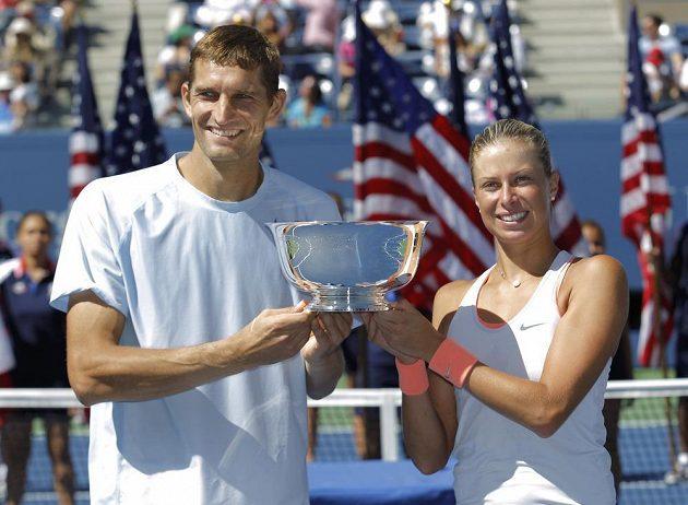 Andrea Hlaváčková a Max Mirnyj pózují s trofejí pro vítěze smíšené čtyřhry na US Open.