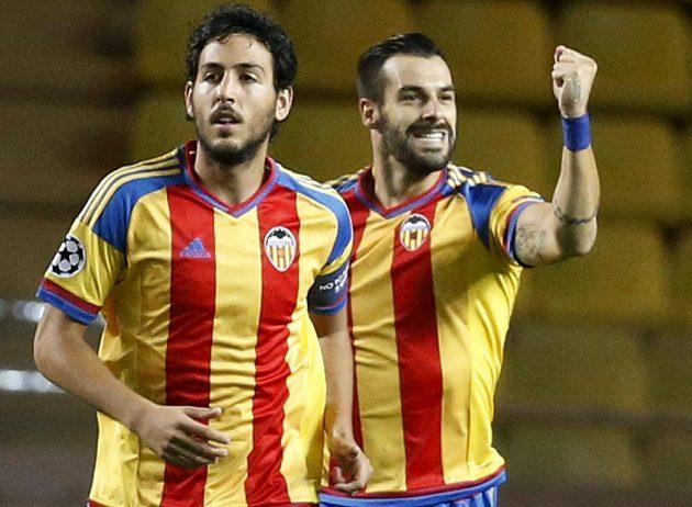 Útočník Valencie Álvaro Negredo (vpravo) a jeho spoluhráč Daniel Parejo se radují ze vstřeleného gólu na hřišti Monaka.