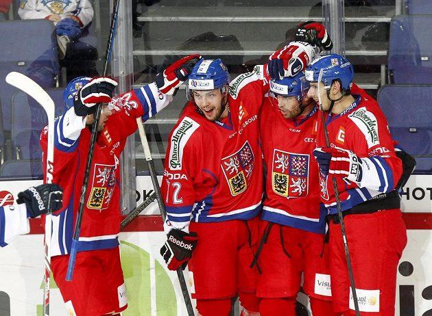 (Zleva) Michal Birner, Bohumil Jank, Radek Smoleňák a Tomáš Kubalík slaví ve druhé třetině gól českého týmu proti Finsku.