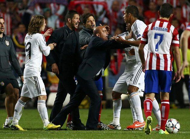 Kouč Atlétika Diego Simeone (druhý zleva) se v závěru dostal do konfliktu s Raphaelem Varanem z Realu (druhý zprava).
