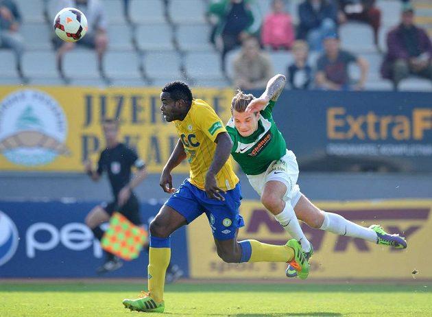Vít Beneš z Jablonce (vpravo) brání střelce teplického gólu, útočníka Eugenea Salamiho.