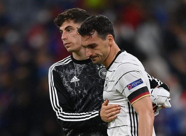 Německý smutek. Kai Havertz utěšuje stopera Matse Hummelse po prohře s Francií na EURO 2021. Obránce si dal vlastní gól.