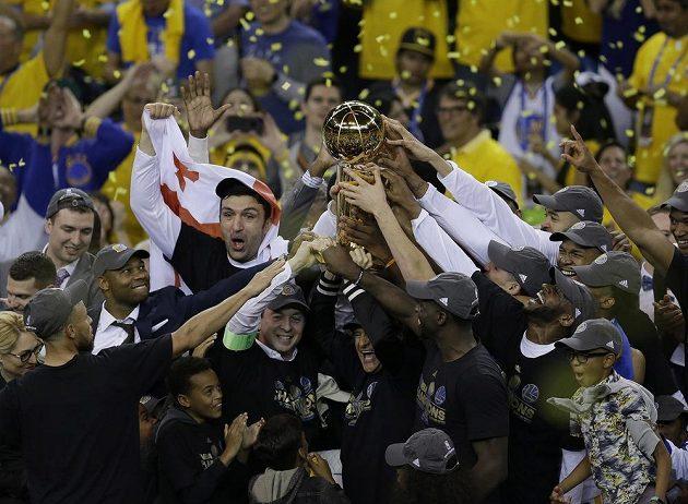 Hráči a trenéři Golden State Warriors s trofejí.