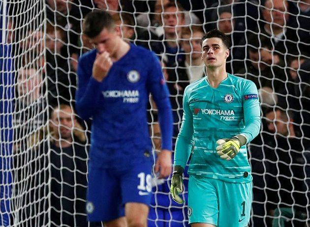 Nešťastný brankář Chelsea Kepa Arrizabalaga poté, co si v utkání Ligy mistrů proti Ajaxu Amsterdam srazil míč do vlastní sítě.