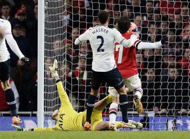 Tomáš Rosický z Arsenalu (s číslem 7) překonává dloubákem brankáře Tottenhamu Huga Llorise.