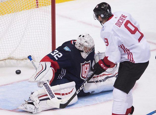 Centr kanadského týmu Matt Duchene střílí svůj druhý gól v utkání Jonathanu Quickovi.