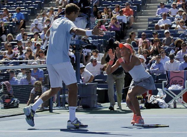 Bělorus Max Mirnyj a Andrea Hlaváčková se radují z finálového vítězství ve smíšené čtyřhře na US Open.