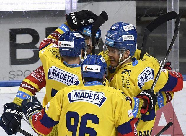 Hráči Budějovic se radují z gólu.