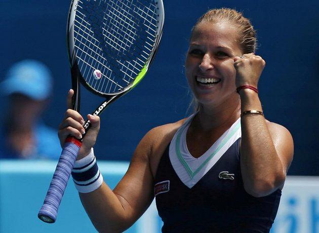 Slovenka Dominika Cibulková se raduje z postupu přes Marii Šarapovovou na Australian Open.