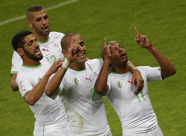Oslava alžírských fotbalistů poté, co Jasín Brahímí vsítil gól do korejské sítě.