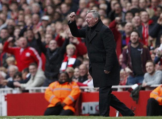 "Alex Ferguson ""tradičním"" gestem spílá rozhodčímu."