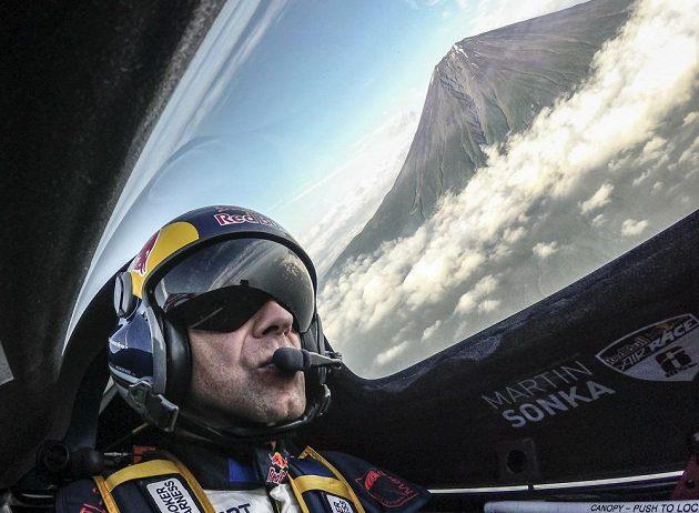 Martin Šonka při průletu kole hory Fudži.