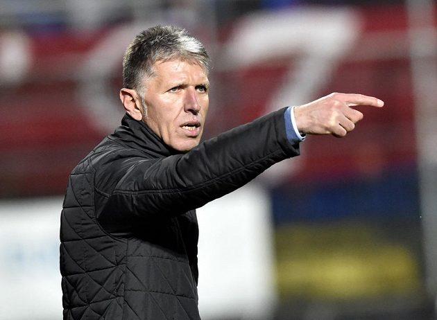 Trenér fotbalové Slavie Jaroslav Šilhavý udílí pokyny.