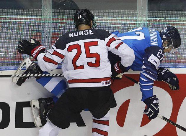 Kanadský hokejista Darnell Nurse přišpendlil na mantinel finského soupeře Eetu Luostarinena během utkání mistrovství světa.