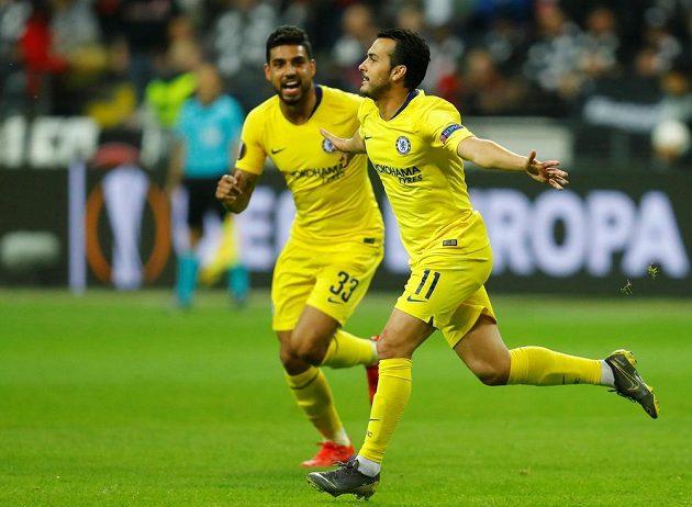 Fotbalisté Chelsea se radují z vyrovnávací branky, o kterou se postaral Pedro