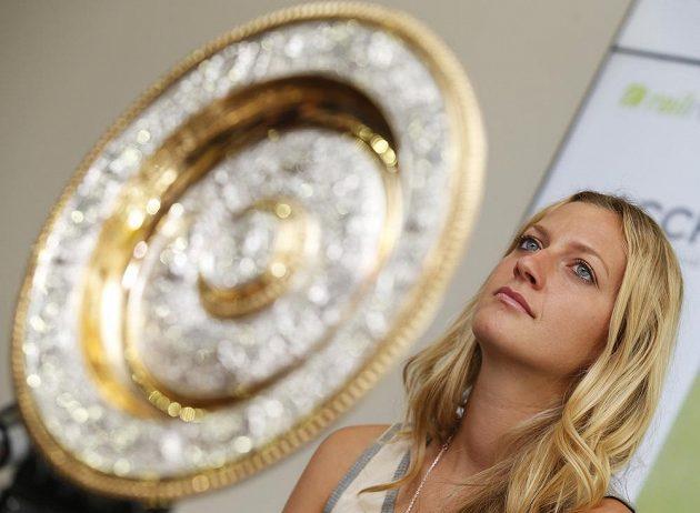 Petra Kvitová s talířem pro šampiónku Wimbledonu.
