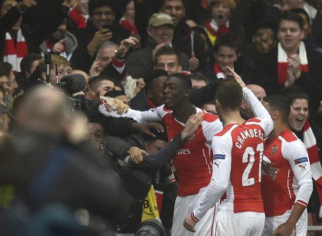 Yaya Sanogo (uprostřed) z Arsenalu slaví vedoucí gól svého týmu v utkání Ligy mistrů proti Dortmundu.
