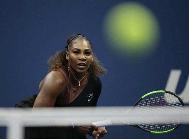 Serena Williamsová se soustředí na letící míček.