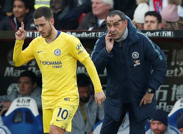 Manažer Chelsea Maurizio Sarri dává pokyny hvězdě Chelsea Edenu Hazardovi v utkání Premier League.