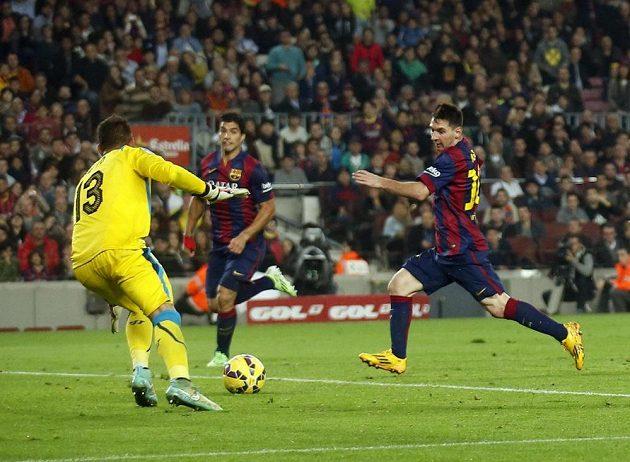 Lionel Messi podruhé překonává sevillského brankáře Beta a právě se stává střeleckým rekordmanem španělské ligy.