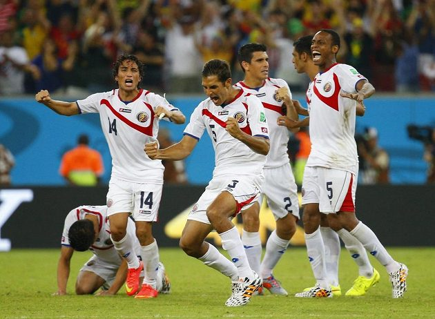 Fotbalisté Kostariky se radují z postupu do čtvrtfinále MS.