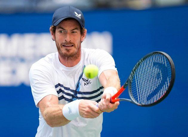 Britský tenista Andy Murray vrací úder během 1. kola US Open proti Stefanosovi Tsitsipasovi.