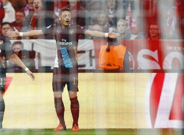 Fotbalista Arsenalu Mesut Özil nechápe, proč nebyl uznán jeho gól proti Bayernu.