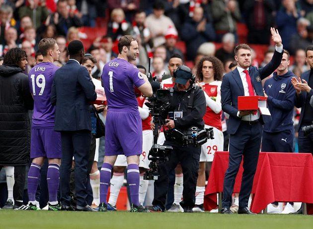 Je konec. Na Emirates Stadium si už Petr Čech a Aaron Ramsey v dresu Arsenalu Premier League nezahrají.