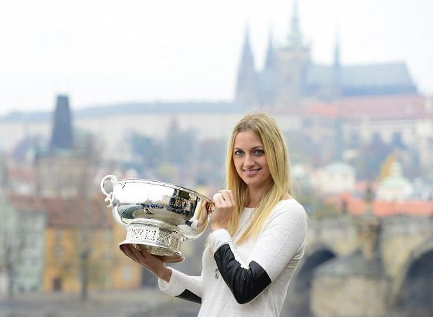 Petra Kvitová pózuje v Praze s pohárem pro vítězky Fed Cupu.