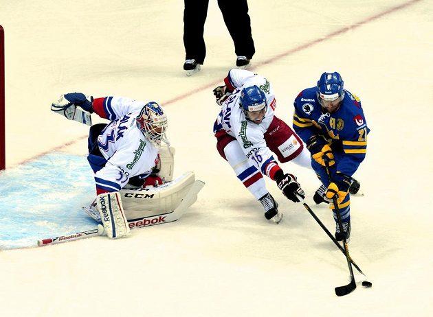 Český obránce Petr Čáslava (uprostřed) se snaží obrat o puk Joela Lundqvista ze Švédska.