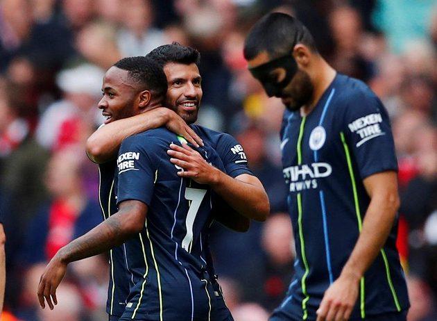 Raheem Sterling (vlevo) a Sergio Agüero se radují, Manchester City vede nad Arsenalem 1:0.