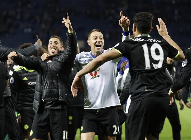Radost fotbalistů Chelsea zleva Edena Hazarda, Johna Terryho a Diega Costy z titulu.