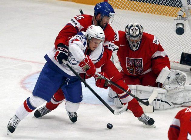 Norský hokejista Niklas Roest (v bílém) od Petra Čáslavy moc prostoru nedostal, brankář Ondřej Pavelec zasahovat nemusel.