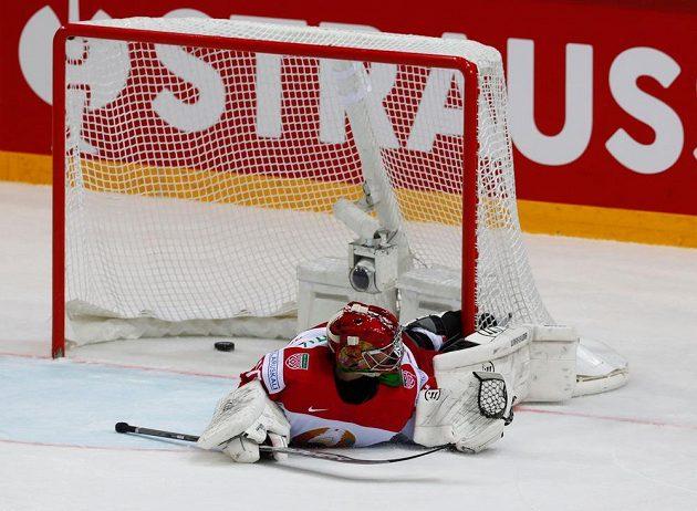 Běloruský brankář Alexej Kolosov je překonán. Dominik Kubalík rozhodl v prodloužení