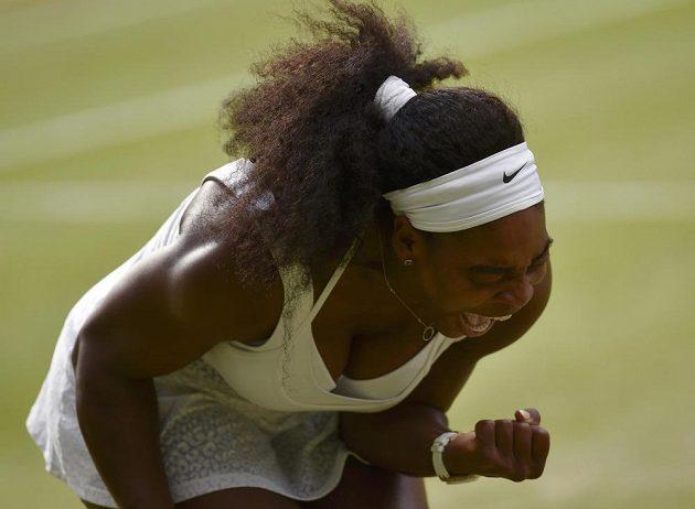 Americká Serena Williamsová se raduje z vítězného míčku proti Bělorusce Azarenkové ve čtvrtfinále Wimbledonu